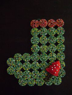 O natal está chegando!!! Esta linda botinha ficará divina em sua porta, sendo também uma ótima opção para presentear uma pessoa querida!!!! Ela é confeccionado em fuxicos feitos de chita e tampas de garrafa, decorada com mini árvore de natal feita em feltro e bolinhas prateadas. R$ 38,00