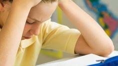 Stress begünstigt Migräne bei Kindern - im Bild: gestresstes Schulkind | Bild: colourbox.com