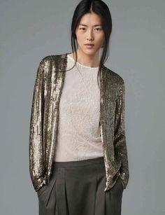 Classic Facile à porter avec du coton, tout simplement, cette veste sera parfaite recyclée avec un look jour.Veste à paillettes, top en coton brodé et sarouel en coton, Zara, 139 €, 49,95 € et 39,95 €.