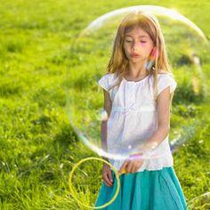 Per giocare con le bolle giganti servono gli attrezzi giusti | Donna Moderna