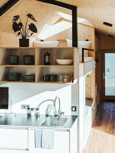 Tiny House Cabin, Cabin Homes, My House, Design Hotel, Farm Shed, Built In Furniture, Minimal Home, Compact Living, Tiny Spaces