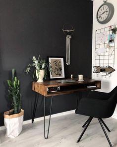 Black Wall - An interior trend for the brave! Wir zeigen Euch wie Ihr mit einer s… Black Wall – An interior trend for the brave! Home Office Setup, Home Office Space, Home Office Design, Office Ideas, Deco Studio, Modern Minimalist House, Minimalist Interior, Black Walls, Home Living