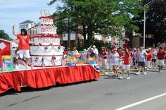 birthday cake float for a parade School Birthday, 50th Birthday Party, Birthday Cake, Birthday Ideas, Christmas Float Ideas, Christmas Parade Floats, 4th Of July Parade, Fourth Of July, Boat Parade