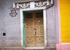 Puerta principal Cuba, Colonial, Garage Doors, Outdoor Decor, Home Decor, Main Door, Hotels, Decoration Home, Room Decor