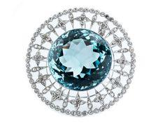 Aquamarin-Diamantbrosche Durchmesser: ca. 4,7 cm. Gewicht: ca. 26,1 g. Platin. Hochdekorative, durchbrochen gearbeitete Brosche zentral besetzt mit einem großen runden türkisblauen...