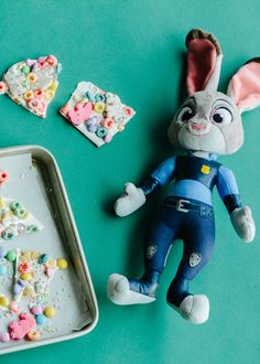 Celebrate animals living in harmony with this playful Zootopia cereal bark recipe filled with animals and bunnies alike! Disney Desserts, Disney Dishes, Disney Recipes, Disney Tips, Disney Food, Cute Disney, Disney Snacks, Kid Snacks, Disney Theme