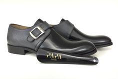 Singola fibbia in vitello abrasivato nero e vitello chicco di riso grigio scuro #madeinitaly #elegance #shoes #monk #brushed