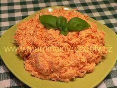 Mrkvová pomazánka od Vlasty 5-6 větších mrkví, 4-6 stroužků česneku, po špetce cukru, soli a pepře (podle chuti), 150 g majonézy (možno nahradit zčásti nebo zcela bílým jogurtem), 150 g tvrdého sýra Postup  Mrkev a sýr najemno nastrouháme. Smícháme s rozmačkaným česnekem a majonézou (jogurtem). Podle chuti osolíme, osladíme a opepříme. Necháme chvíli uležet v ledničce.