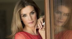 """Princess Letizia of Spain has been called """"Spain's answer to the Duchess of Cambridge"""" and """"Kate and style watchers are fond of comparing the two women. Dorian Grey, Spain Fashion, Estilo Real, Spanish Royal Family, Queen Letizia, Tips Belleza, Duchess Kate, Royal Fashion, High Fashion"""