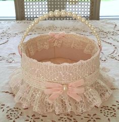 BASKET TIDY WHILE PINK SILK POWDER FINELY LINED WITH A PRETTY LACE EMBROIDERED ON TULLE RIM IS HIGHLIGHTED BY A SMALL PETTICOAT AND ITS RIBBON PASSES PRETTY NŒUD VELVET IS APPLIED ON THE FRONT FOR MORE ELEGANCE AND FEMININITY A HANDLE WHILE PEARLS SUBLIME THIS BASKET THE INSIDE IS Shabby Chic Boxes, Shabby Chic Sofa, Shabby Chic Crafts, Shabby Chic Furniture, Diy Home Crafts, Diy Arts And Crafts, Wedding Crafts, Wedding Decorations, Gift Wraping