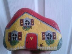 Little fairy house yellow Stone Painting, House Painting, Rock Crafts, Arts And Crafts, Rock Queen, Rock And Pebbles, House On The Rock, Rock Decor, Rock Painting Designs
