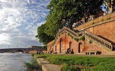 Toulouse escalier accès aux quais de la Garonne, en arrière plan le pont neuf
