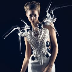 Anouk Wipprecht, »Spider Dress 2.0«, 2015, 3D-gedruckt mit Intel Edison Microcontrollern / 3D printed robotic dress © Anouk Wipprecht, Foto / Photo: Jason Perry. On view in Hello, Robot. Design between Human and Machine at Vitra Design Museum.