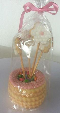 Vasinho de flores todo de biscoito amanteigado recheado de confetti e decorado com pasta americana.