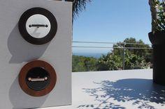 Terraza Lounge VIP de Starlite Marbella diseñada por Carmen Barasona con mecanismos eléctricos de Font Barcelona y mobiliario acabado con diseño gris metalizado ref. F067 acabado TF de Innovus®.