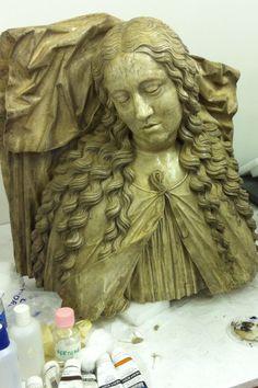 Le moulage du buste de la statue gisante de Marguerite d'Autriche en cours de nettoyage et de retouche.
