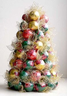 Candy Christmas tree You could also do this with small ornaments - 21 Beautiful Diy Mini Christmas Tree Inspiration Christmas Tree Crafts, Mini Christmas Tree, Christmas Candy, Christmas Projects, Family Christmas, Winter Christmas, Christmas Tree Decorations, Holiday Crafts, Christmas Ornaments