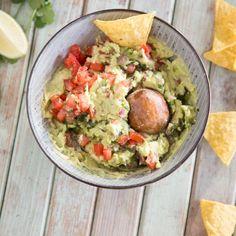 Guacamole – so gelingt dir der cremige Avocado Dip Guacamole – that's how you manage the creamy avocado dip Healthy Drinks, Healthy Recipes, Clean Eating, Healthy Eating, Healthy Food, Avocado Dip, Food And Drink, Veggies, Favorite Recipes