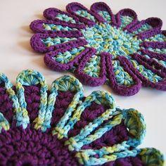 Gehaekelte Topflappen by Creadoo. ☀CQ #crochet #crochetflowers http://www.pinterest.com/CoronaQueen/crochet-leaves-and-flowers-corona/