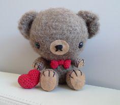 Un tenero orsetto amigurumi con fiocco e cuore a uncinetto. Un bel regalo per San Valentino.  Il Tutorial originale è tutto in inglese e non ci sono foto dei passaggi, quindi ho...