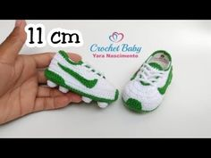 Make spring rolls yourself – how it works Crochet Baby Boots, Booties Crochet, Crochet Shoes, Baby Booties, Baby Sandals, Crochet Football, Baby Shower Garland, Baby Shoes Pattern, Crochet Videos