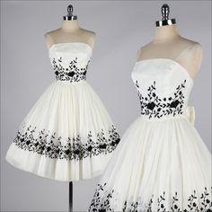 vestido vintage de los años 1950. Marfil bordado de Gasa. 4153