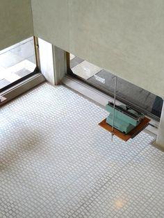 Olivetti showroom, designed 1957 - 1958 by Carlo Scarpa. La exagerada junta en el pavimento se asemeja a un adoquinado del espacio espacio exterior.