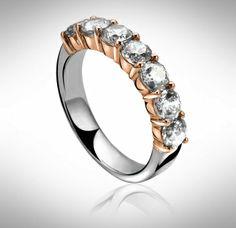 Dit is werkelijk een plaatje van een ring waar U mee gezien mag worden.Het is een zilveren ring van Zinzi afgezet met een zevental zirkonia steentjes.