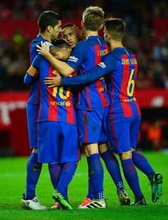 Barcelona's Argentinian forward Lionel Messi (2ndL) celebrates with teammates after scoring during the Spanish league football match Sevilla FC vs FC Barcelona at the Ramon Sanchez Pizjuan stadium in Sevilla on November 6, 2016. / AFP / CRISTINA QUICLER