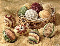 Uova di Pasqua decorate con semi, legumi e cereali