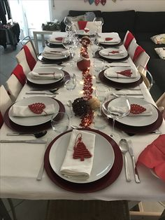 Ideias Criativas para Decorar a Mesa no Natal Christmas Dining Table, Christmas Napkins, Christmas Table Settings, Christmas Brunch, Holiday Tables, Christmas Holidays, Holiday Parties, Xmas Table Decorations, Christmas Table Centerpieces