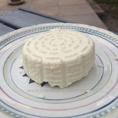 El queso fresco es una buena forma de tomar lácteos ligeros. Se puede hacer en casa con un leche pasteurizada. Cheese Whiz, Queso Cheese, Kombucha, Cheese Recipes, Cooking Recipes, Salvadorian Food, Homemade Cheese, How To Make Cheese, Sin Gluten