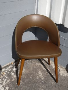 50-luvun pieni keinonahkainen tuoli. Tukeva, verhoilussa on hiukan elämisen jälkeä, mutta yleisilmeeltään siistikuntoinen.  MYYTY.