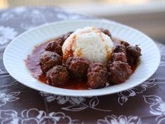 Keftedakia (boulettes de viande) -  1 kg 500 de viande de bœuf hachée, 3 oignons, Une poignée de menthe fraîche, Une botte de persil, Une grosse gousse d'ail (ou plusieurs petites), 4-5 grosses tomates bien rouges et bien mûres, Une cuillère à soupe de vinaigre, 2 œufs, 10 biscottes ( ou la quantité équivalente en chapelure), Sel, poivre.