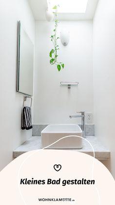 Wer sagt, dass ein kleines Bad nicht schick und gemütlich gestaltet werden kann? Avantgardistische Details, kräftige Farbakzente, platzsparende Gegenstände und ein paar Wellness-Utensilien helfen Dir dabei. So kannst Du mit wenigen Handgriffen Dein kleines Bad einrichten und in eine Wohlfühloase verwandeln. Mini Bad, Bathtub, Bathroom, Wellness, Home, Balcony Bench, Dark Rooms, Small Baths, Tiny Bathrooms