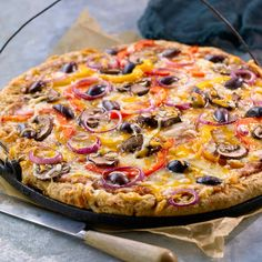 All-Bran™ Veggie Pizza with Cheese Crust Recipe- PJs, a great movie, and this pizza with a cheese filled crust – sounds like the perfect night in. Pizza Lasagna, Pizza Menu, Veggie Pizza, Veggie Cheese, Healthy Soup, Healthy Foods To Eat, Healthy Smoothies, Healthy Recipes, Bon Appetit