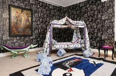 """Vincent Darré, Die """"dadaistische Extravaganz"""" in Darrés Räumlichkeiten ist in jedem Detail zu spüren. Versteigert wird auch Darrés """"Aligator""""-Bank, ab 3000. (Foto: Aurélien Mole)"""