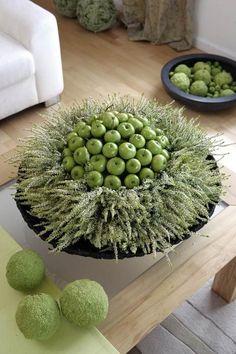 Een mooie herfst/ kerst decoratie voor in je woonkamer ... Nodig : mooie schaal / pot - groene sier appeltjes -en witgroene hei - aarde - piepschuimbol - lange saté pennen .