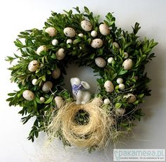 Boxwood wreath with easter eggs Easter Wreaths, Christmas Wreaths, Christmas Bulbs, Easter Flowers, Diy Ostern, Flower Boxes, Holidays And Events, Easter Crafts, Diy And Crafts