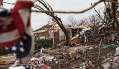 Al menos 24 personas, incluidos cuatro soldados en Missouri, perdieron la vida por el paso de un gigantesco sistema de tormentas por Nuevo México, Texas, Oklahoma, Missouri e Illinois. El sistema generó devastadores tornados en Texas, intensas inundaciones en el medio oeste y condiciones de tormenta de nieve en Nueva México. Y todavía no termina.…