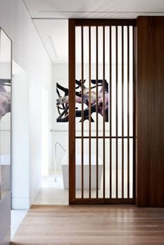 séparer la salle d'eau avec une jolie porte coulissante en bois foncé, baignoire blanche