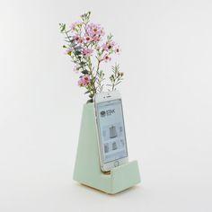 Le Vase de téléphone Stak Bloom est un superbe écran pour fleurs coupées fraîches. Le Vase de fleurs a été conçu pour être utilisé avec la plupart