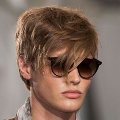 Duže šiške i neuredna frizura konačno su postale moderne Ponytail Hairstyles For Men, Short Hairstyles Fine, Cool Hairstyles For Men, 2015 Hairstyles, Haircut Styles For Women, Short Haircut Styles, Cute Short Haircuts, Long Hair Styles, Teen Boy Haircuts