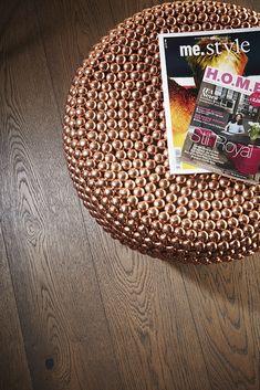 A brown Oak floor gives warmth to the room, BOEN. Modern Flooring, Hardwood Floors, Finding Yourself, Carpet, Portland, Room, Contrast, Urban, Inspiration