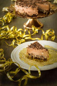 Juhlava Suklaamoussekakku. Jos joulun tai uuden vuoden jälkiruoka on vielä hakusessa, niin voin suositella tätä suklaamoussekakkua mantelipohjalla. Muutaman aineksen kakku valmistuu naurettavan helposti, mutta maistuu taivaalliselle.