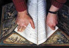 Книга-картина Мартина Фроста. На страничные торцы этих книг нанесен рисунок, который полностью появляется, когда книга открыта, или когда ее страницы сдвинуты под определенным углом.