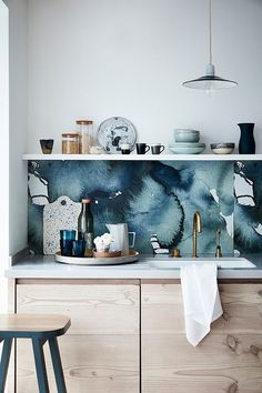 How to decorate the kitchen wall? One of the beneficial we can do is applying kitchen wallpaper. With this article will give some kitchen wallpaper ideas. Kitchen Splashback Designs, Kitchen Backsplash, Splashback Ideas, Backsplash Ideas, Backsplash Wallpaper, Kitchen Wallpaper, Wallpaper Cabinets, Home Interior, Interior Design Kitchen