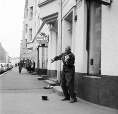 Katusoittaja soittaa viulua Museokatu 7 edessä. - Finna -...