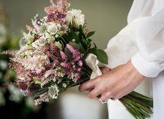 Verde blanco y rosa. Original Bride Bouquets, Floral Bouquets, Bridal Tips, Alternative Bouquet, My Perfect Wedding, Bridal Flowers, Wedding Bells, Flower Arrangements, Rustic Wedding
