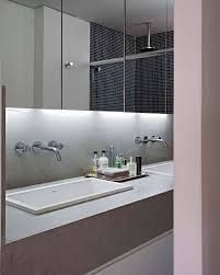 Resultado de imagem para armário escondido atrás do espelho banheiro